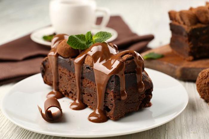 Bizcocho de chocolate con cobertura de chocolate