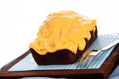 Bizcocho de Chocolate con Glaseado de Mango