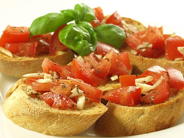 Canapés con Tomate, Queso y Albahaca