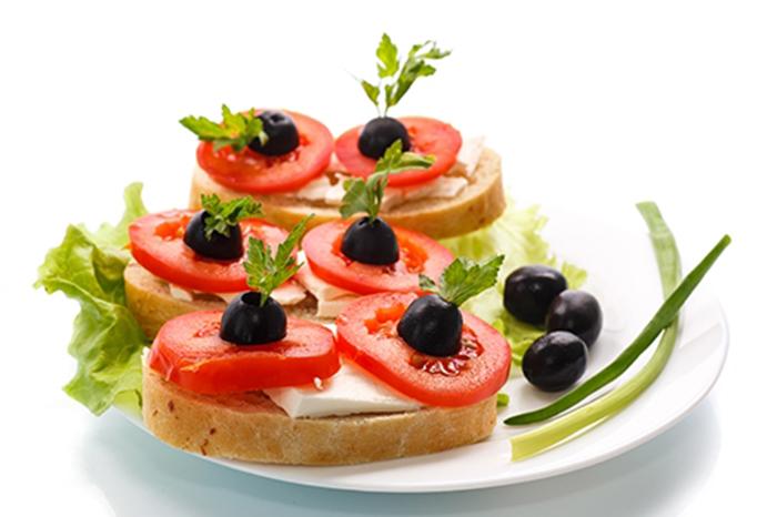 Canapés de Queso, Tomate y Aceitunas