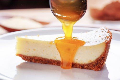 Cheesecake con Salsa de Mango y Miel