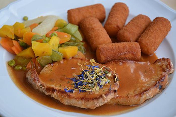 Chuletas de Cerdo en Salsa con Croquetas de Patata