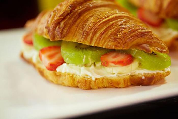 Croissant con Crema de Queso y Frutas