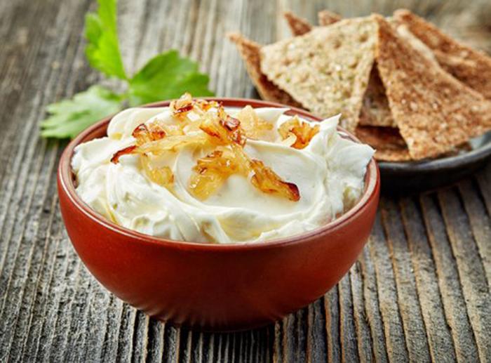 Dip de Queso Crema con Cebolla Caramelizada