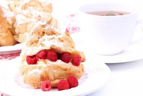 Eclair con Crema Pastelera y Frambuesas