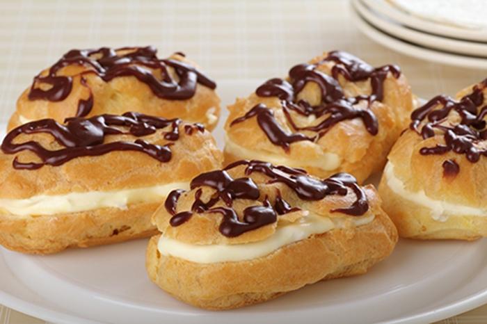 Eclairs con Chocolate Rellenos de Crema