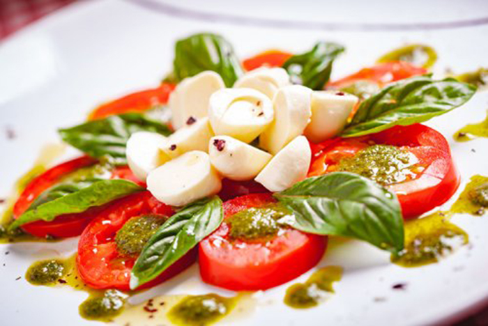 Ensalada Caprese con Salsa Pesto