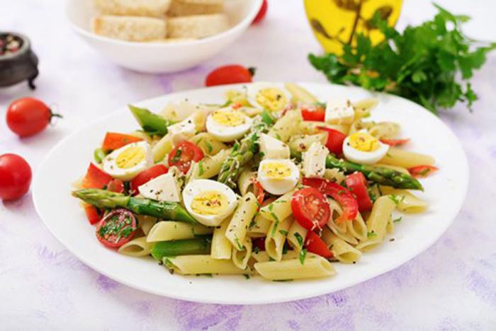 Ensalada de Pasta con Espárragos, Tomate y Huevo