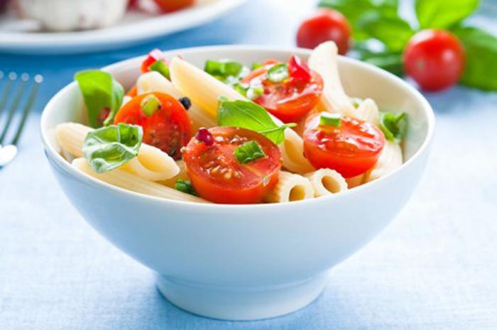 Ensalada de Pasta con Tomate Cherry y Albahaca