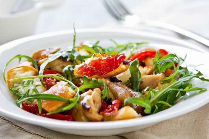 Ensalada de Pollo con Tomate Seco y Rúcula