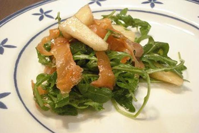 Ensalada de rúcula, salmón y peras (Italia)