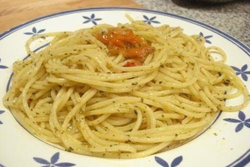 Espaguetis a las hierbas aromáticas (Spaghetti alle erbette)