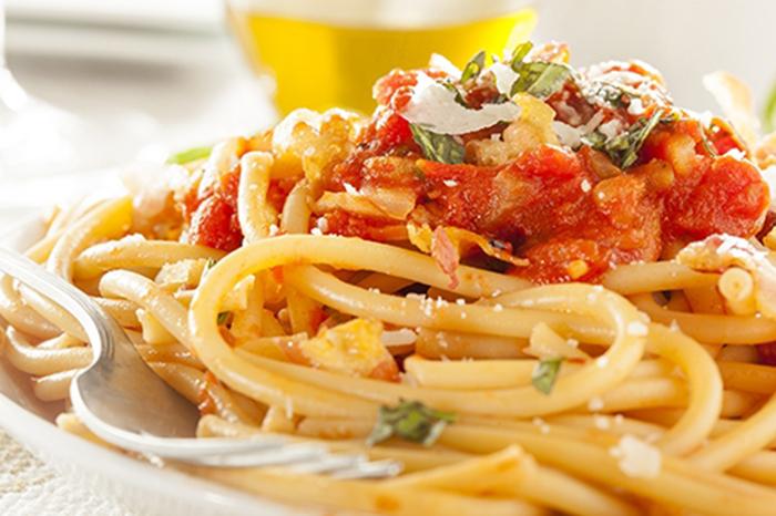 Espaguetis Amatriciana con Salsa de Albahaca