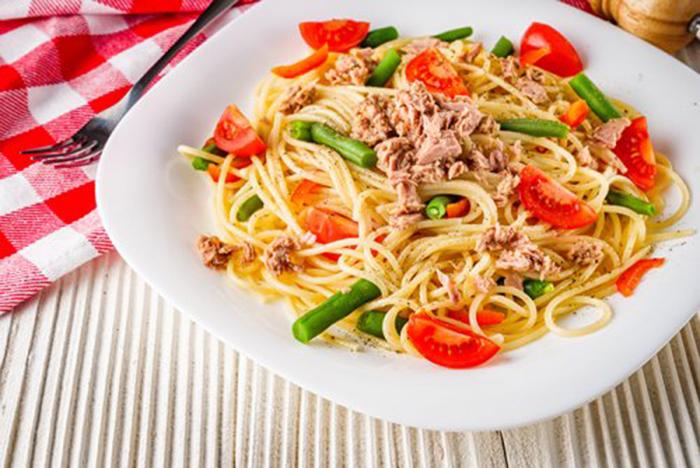 Espaguetis con Atún, Tomate y Espárragos