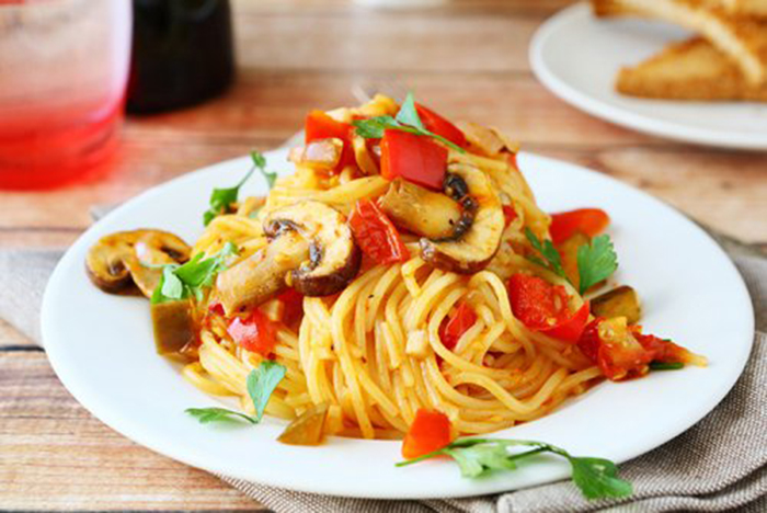 Espaguetis con Champiñones y Pimientos