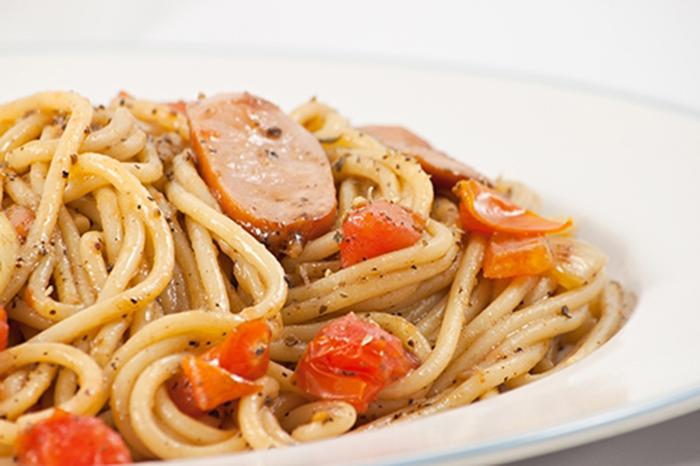 Espaguetis con Salchichas, Tomate y Pimienta Negra