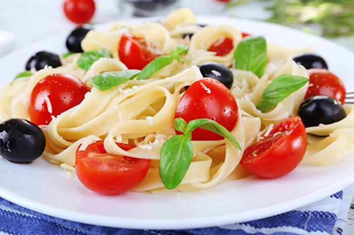 Espaguetis con Tomate Cherry, Aceitunas y Albahaca