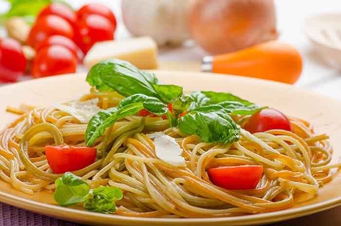 Espaguetis con Tomate Cherry, Albahaca y Nueces