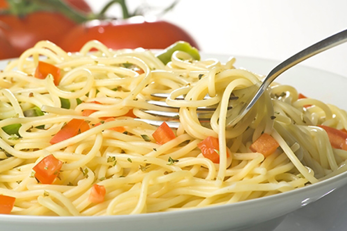 Espaguetis con Tomate y Espárragos Verdes
