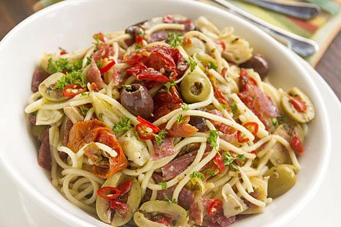 Espaguetis con Verduras, Salami y Aceitunas