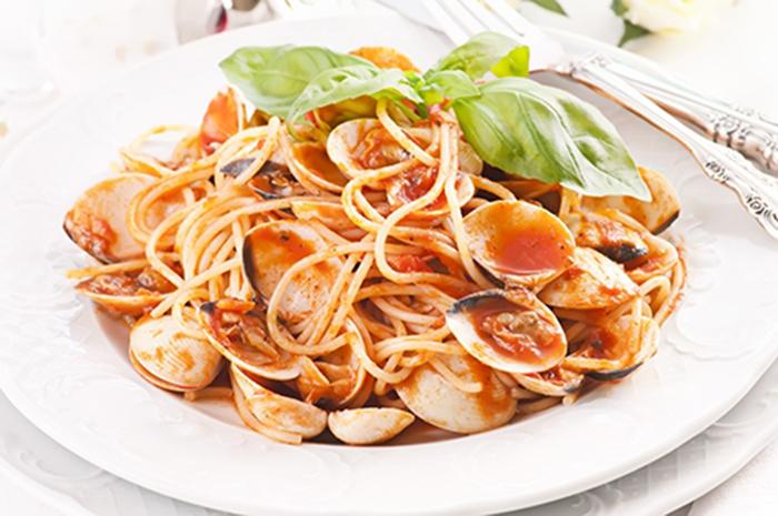 Espaguetis Vongole con Salsa de Tomate