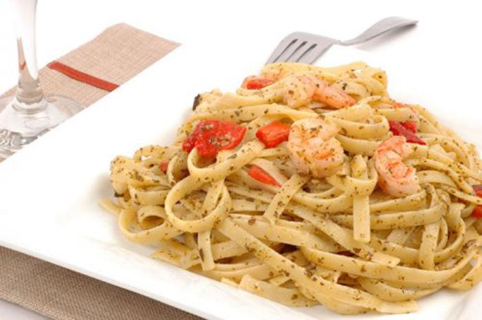 Fetuccini con Pesto, Pimientos Asados y Camarones