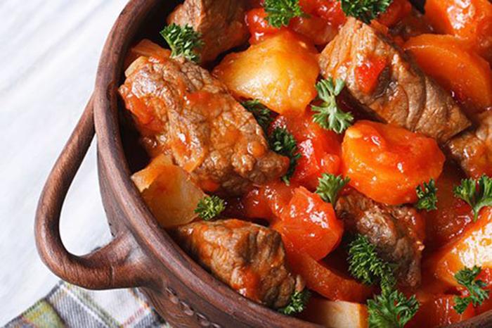 Guiso de Ternera con Verduras en Salsa de Tomate