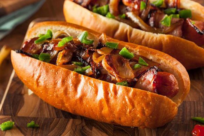 Hot Dog con Bacon, Cebolla y Pimientos