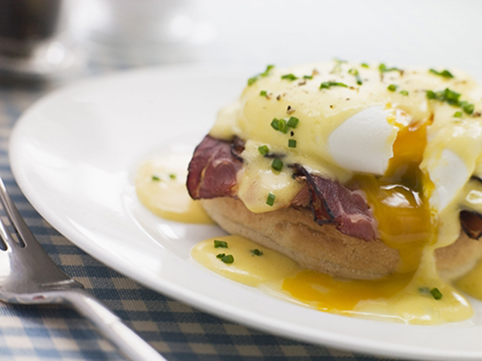 Huevos Benedictine con Bacon
