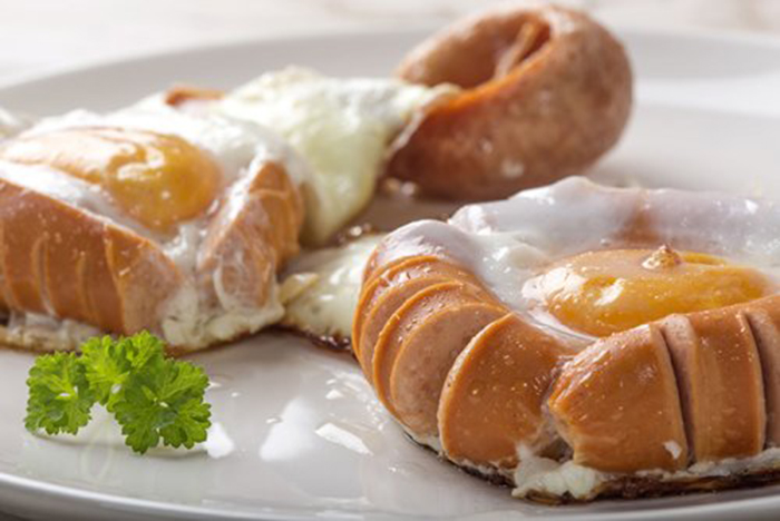 Huevos Cerrados con Salchichas