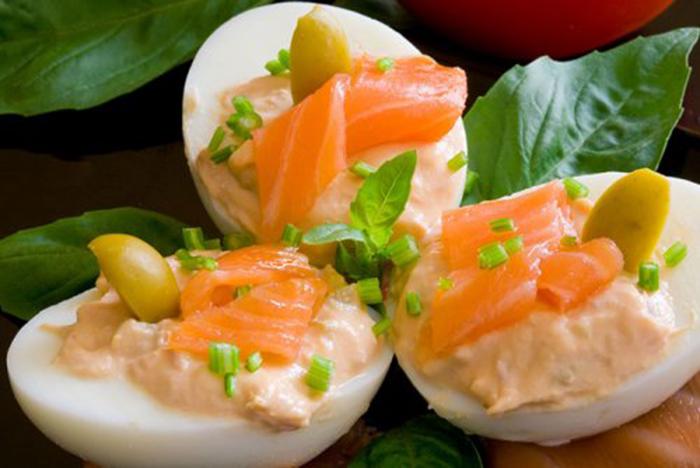 Huevos Rellenos con Salmón, Atún y Salsa Rosa
