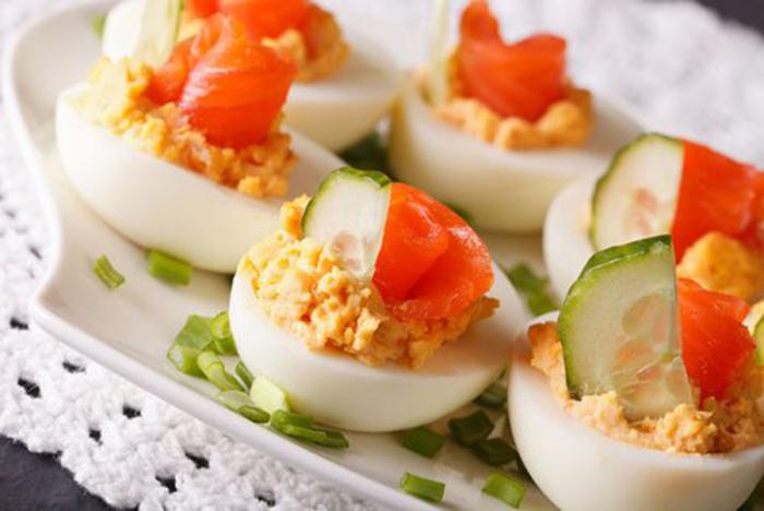 Huevos Rellenos con Salmón y Pepino