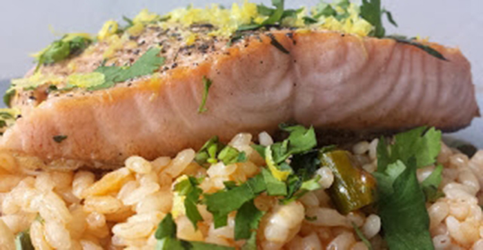 Lomo de Salmón asado con cilantro y limón sobre arroz caldoso con trigueros y Ají panca.