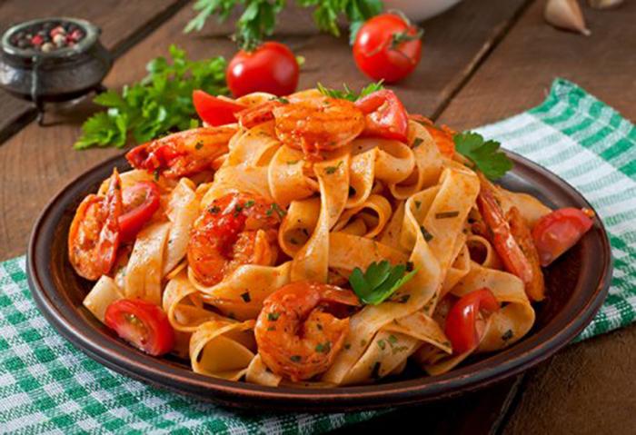 Tallarines con Tomate y Gambas