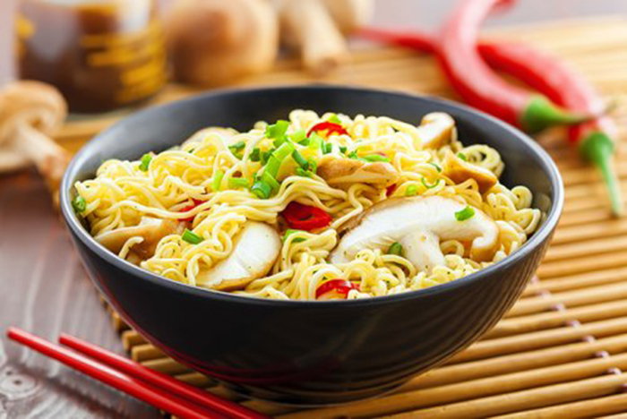 Noodles con Setas y Pimiento