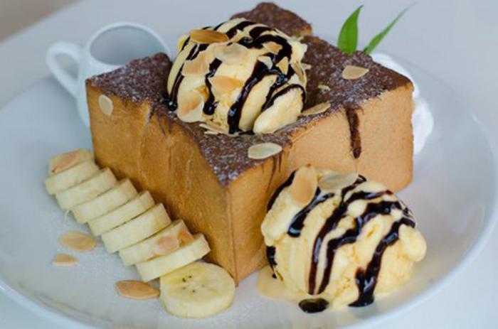 Pan de Plátano con Helado y Chocolate