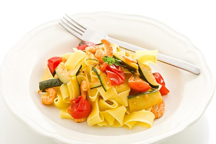 Pasta con Calabacines, Tomate y Gambas