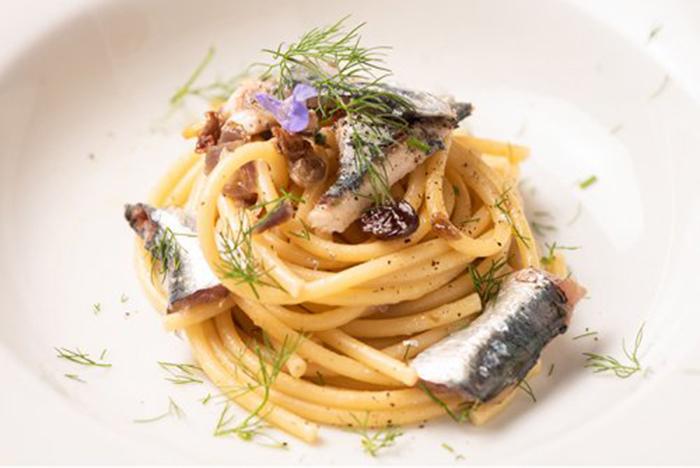 Pasta con Sardinas y Piñones