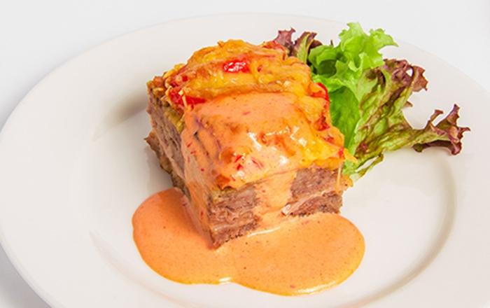 Pastel de Carne, Jamón y Queso con Salsa de Tomate
