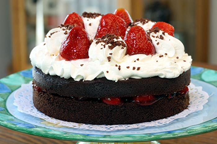 Pastel de Chocolate, Nata y Fresas