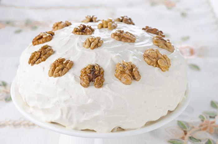 Pastel de Nueces con Crema Batida