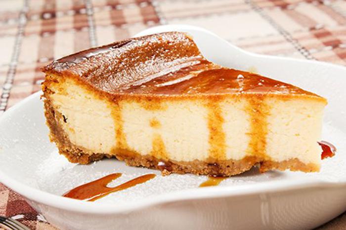 Pastel de Queso con Salsa de Caramelo