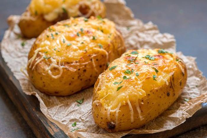 Patatas Asadas con Rellenas de Tocino y Queso