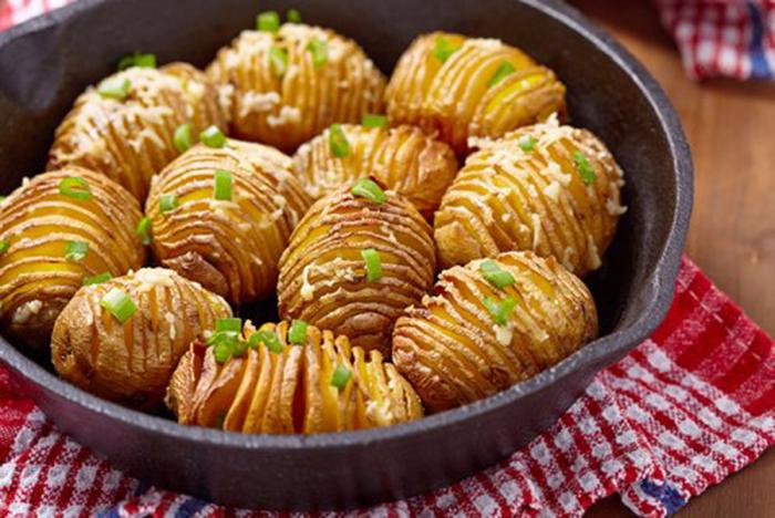 Patatas Hasselback con Queso y Cebollino