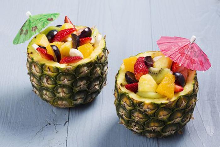 Piña Rellena de Ensalada de Frutas