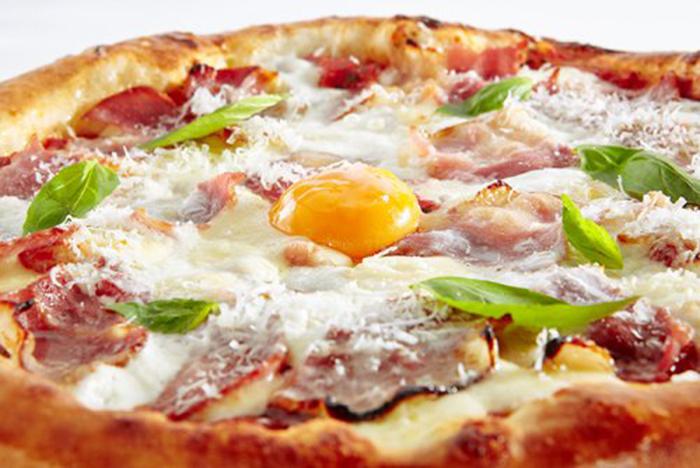 Pizza Carbonara con Huevo