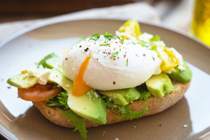 Sándwich de Aguacate con Huevo Escalfado