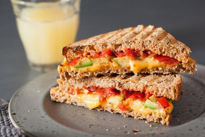 Sándwich de Aguacate, Tomate y Queso Fundido