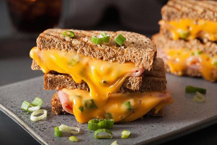 Sándwich de Jamón y Queso Cheddar