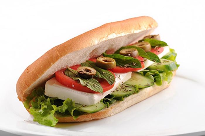 Sándwich de Queso, Tomate, Pepino y Menta